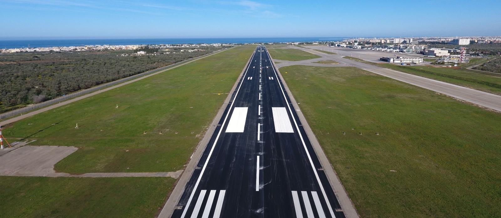 Aeroporto Bari : Europa airpost aircaft presso il cancello l aeroporto